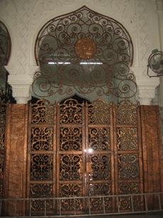 Ukiran kerawang diperbuat daripada tembaga pada pintu masuk serambi