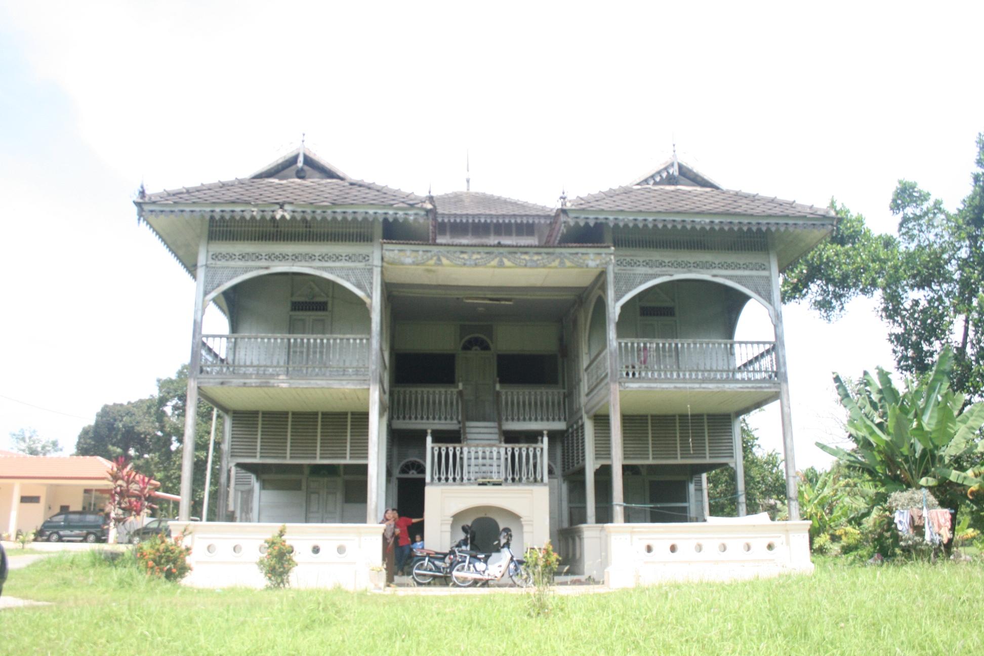 Rumah Melayu bercirikan Inggeris di Bota (kiri) dan sebuah Istana Lama